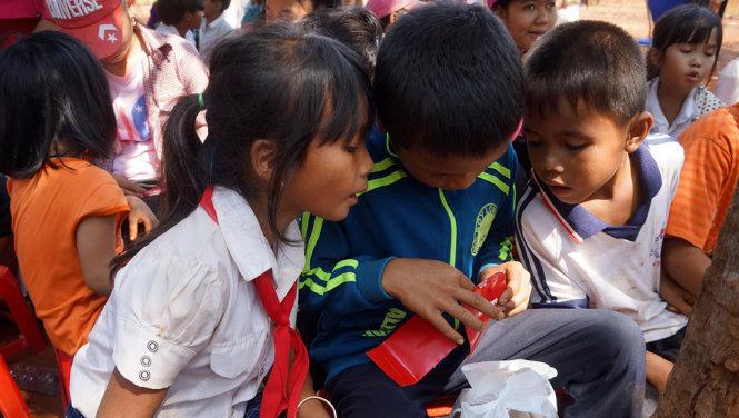 Tuổi Trẻ trao 200 phần quà tết cho học sinh nghèo