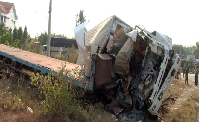 Xe tải tông xe đầu kéo trên quốc lộ 13, 3 người chết