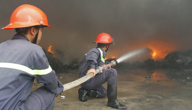 Cháy xưởng phế liệu, hàng trăm công nhân tháo chạy