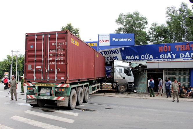 Xe container tông cửa hàng nội thất, cả gia đình bỏ chạy
