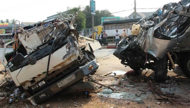Hai xe tải đấu đầu trong đêm, 2 tài xế chết trong cabin