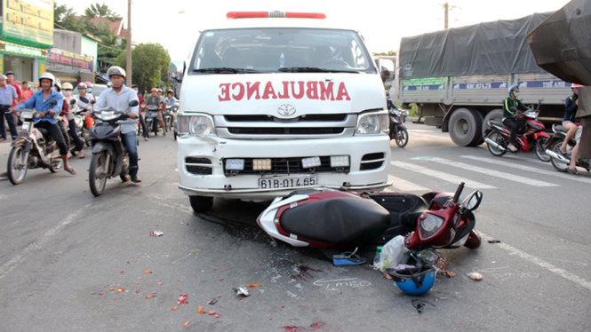 Xe ben tông xe cấp cứu và hàng loạt xe máy dừng đèn đỏ